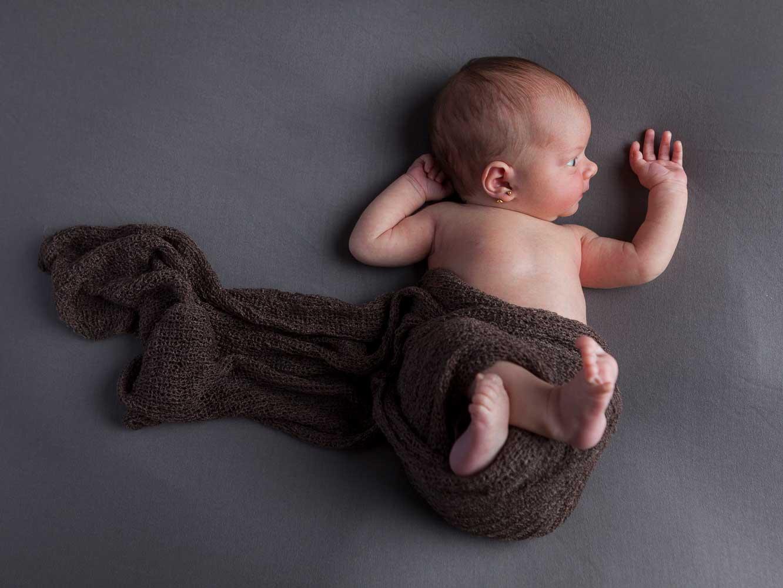 recien nacido foto estudio marron