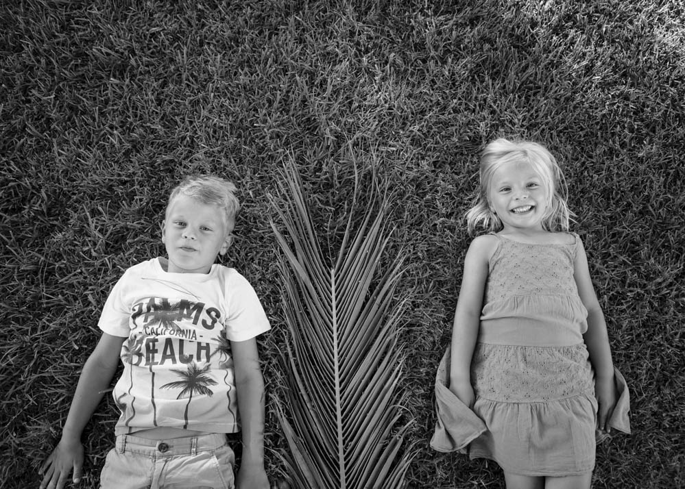 niños jugando con palmeras 3
