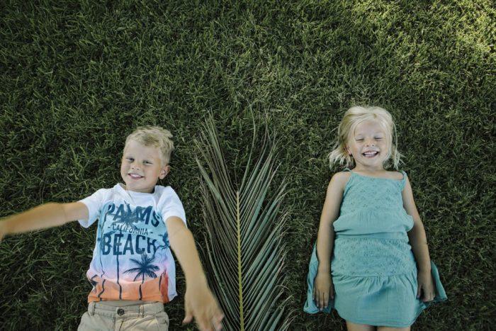 niños jugando con palmeras 5