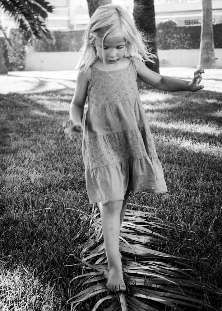 niños jugando con palmeras 6