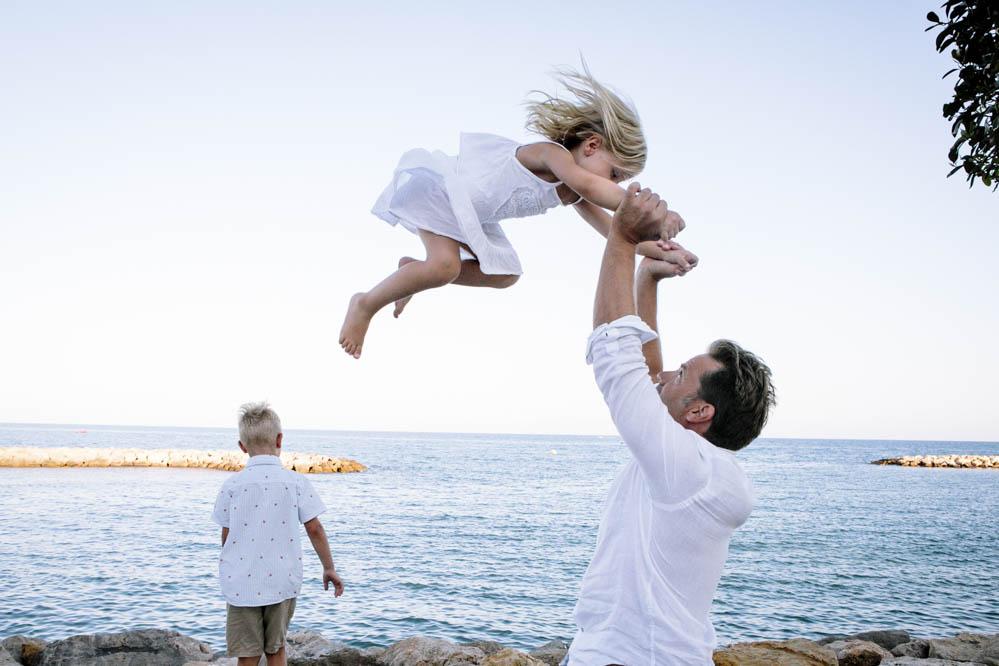 niños saltando en la playa