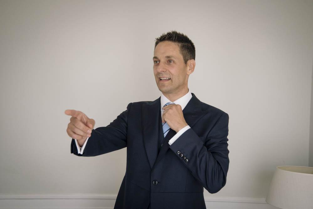 novio se pone la corbata