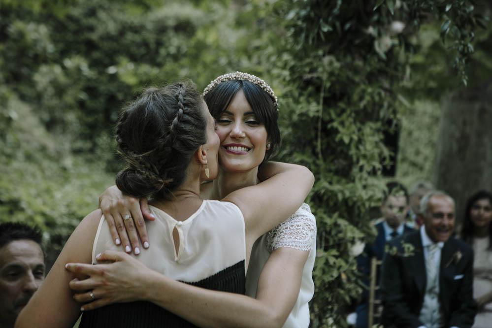 abrazo amiga a novia