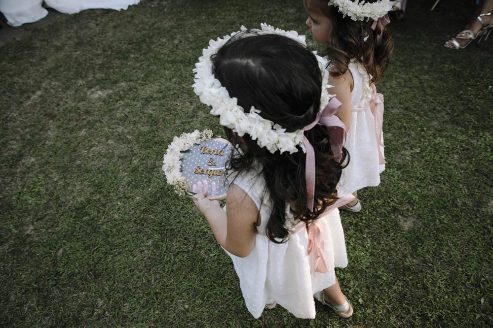 niñas llevan anillos de boda en bastidor