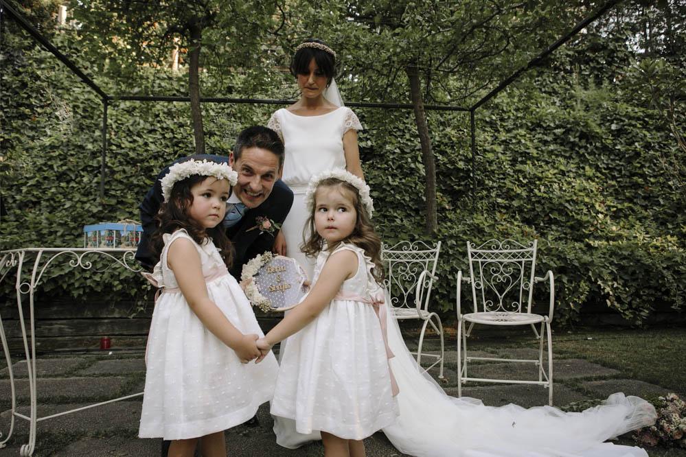 niñas llevan anillos de boda en bastidor 1