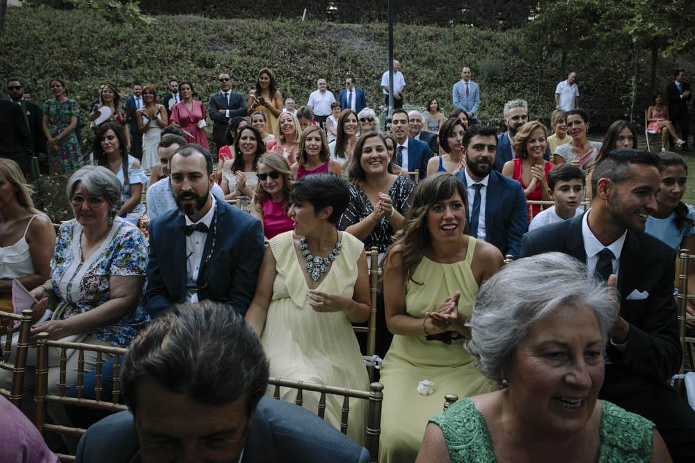 invitados aplaudiendo