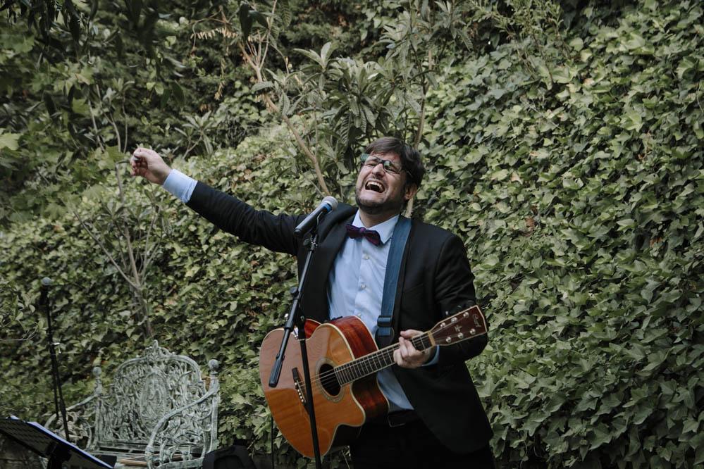 Luis Cebrian maestro de ceremonia cantando