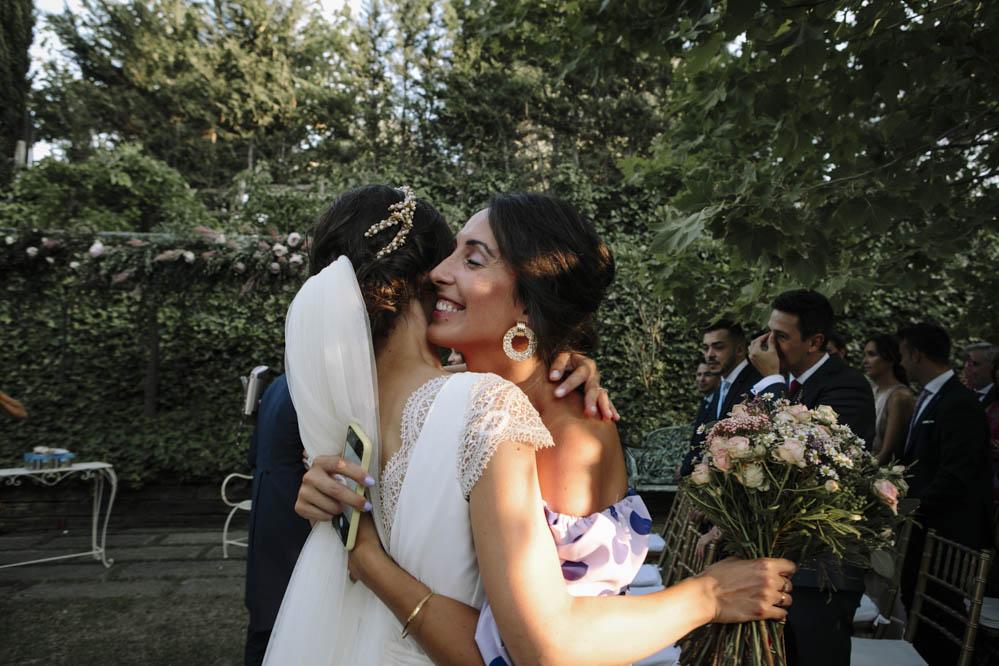 abrazo a novia de su mejor amiga