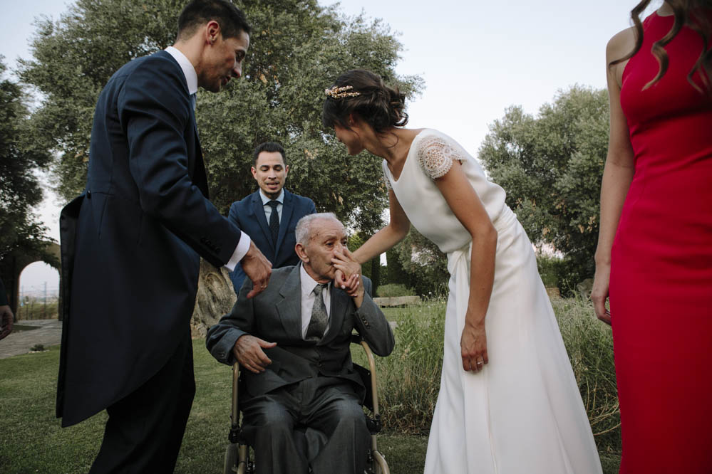 abuelo besa a la novia
