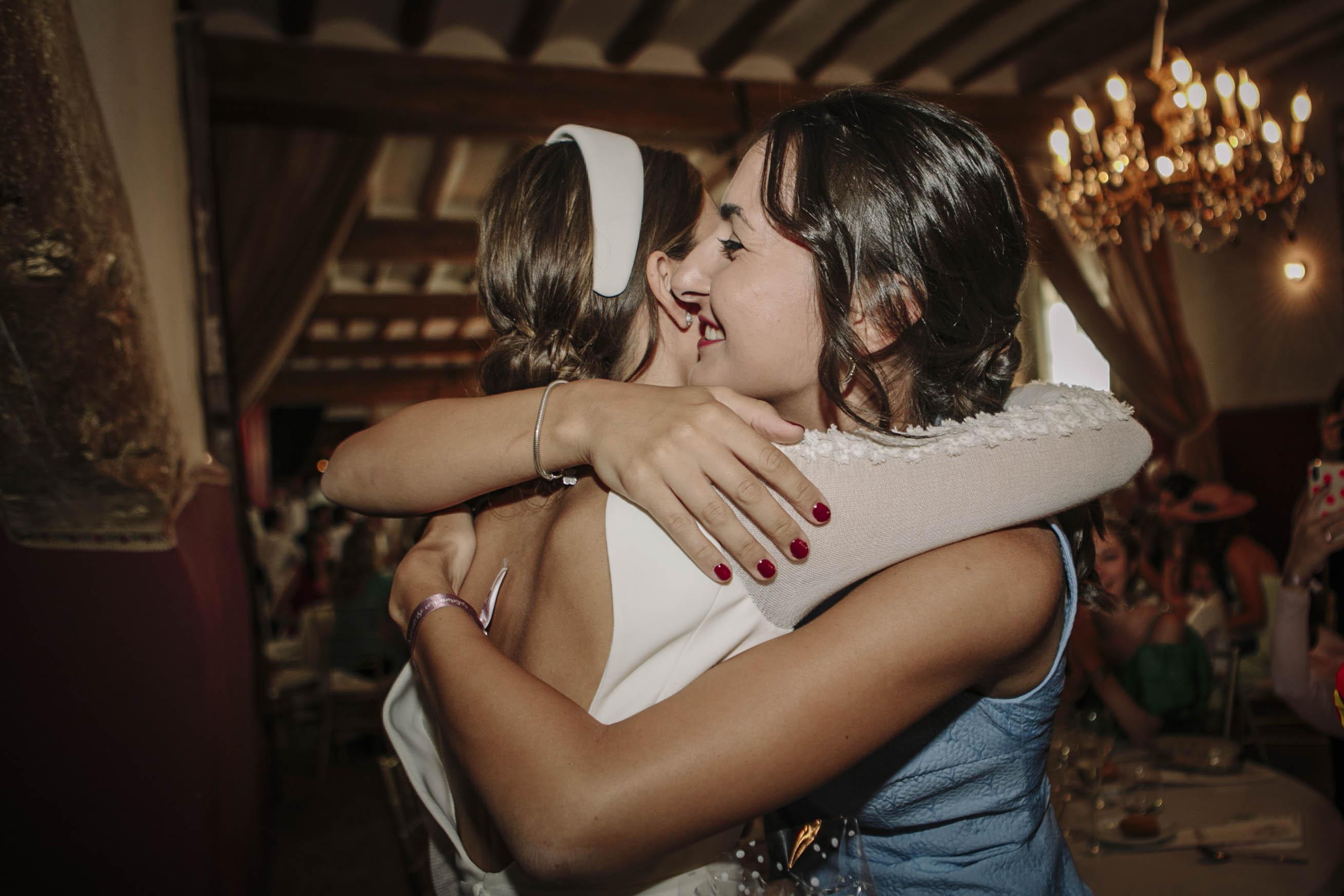 Novia abraza a amiga