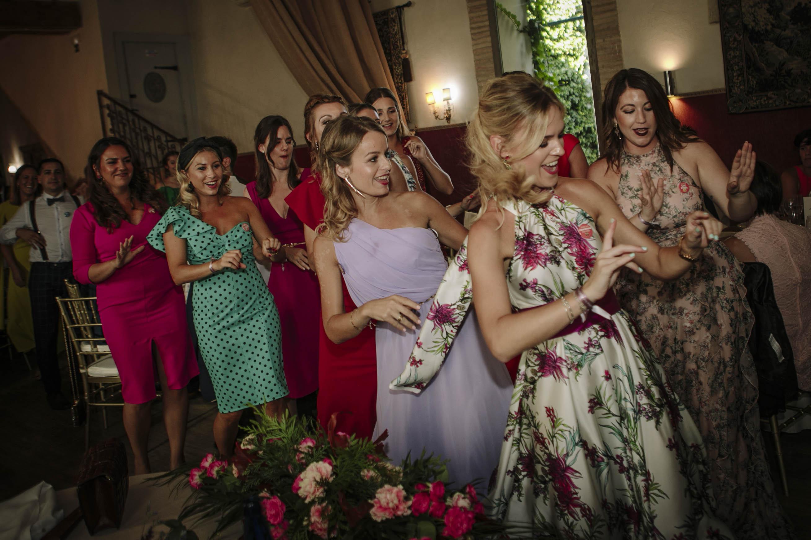 amigas de la novia bailando