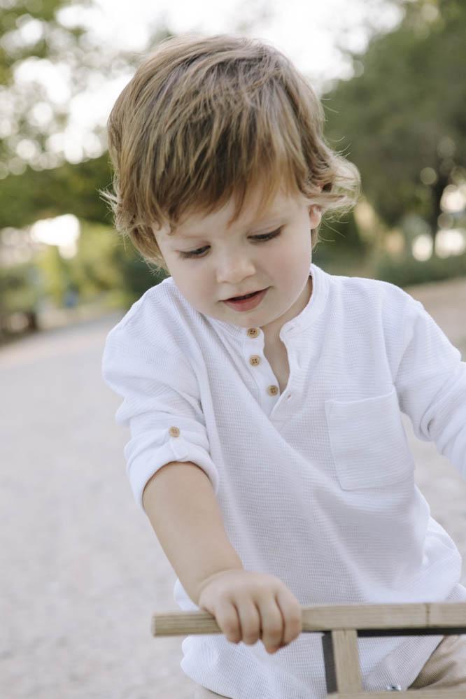 niño con bici de madera 2