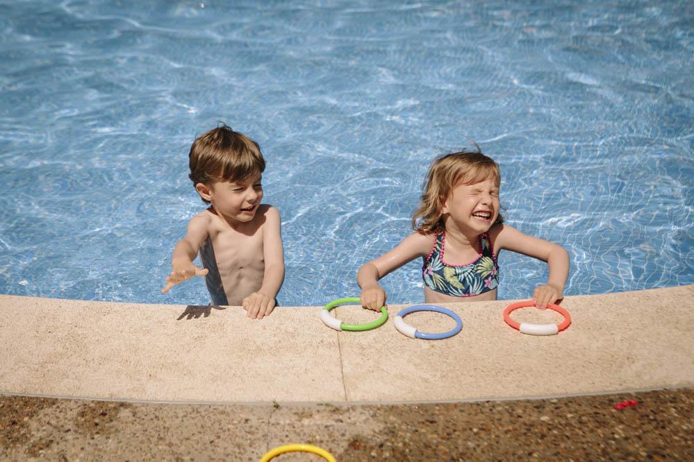 niños jugando en piscina 1