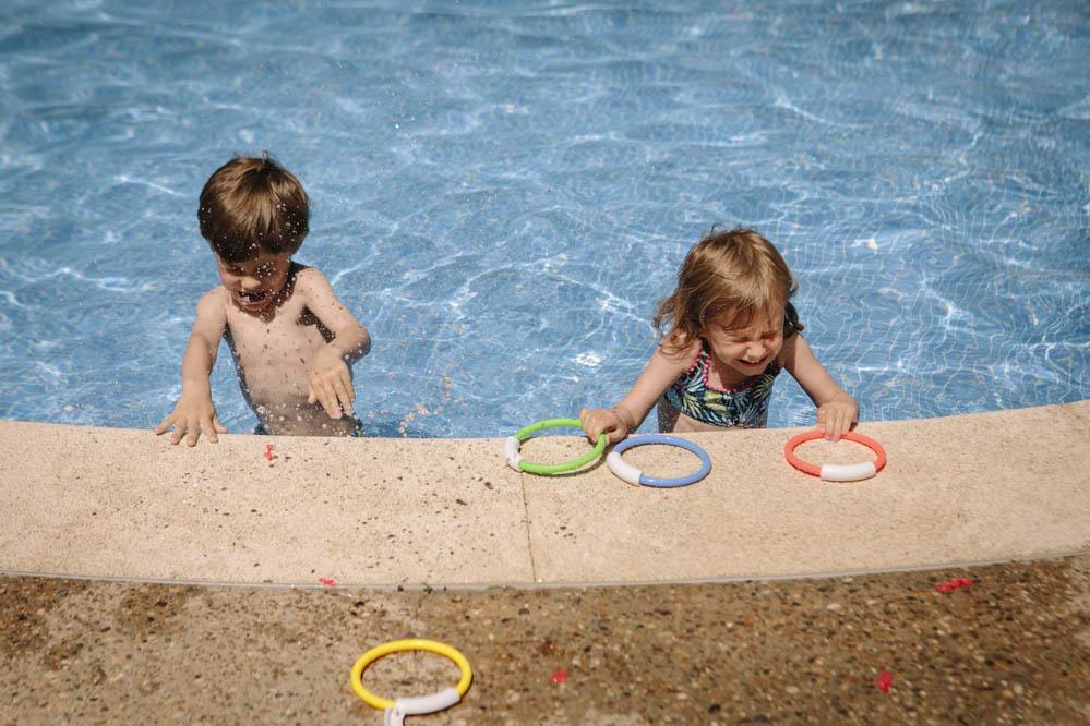 niños jugando en piscina 4