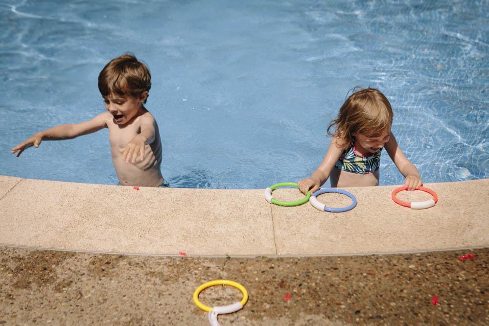 niños jugando en piscina 5