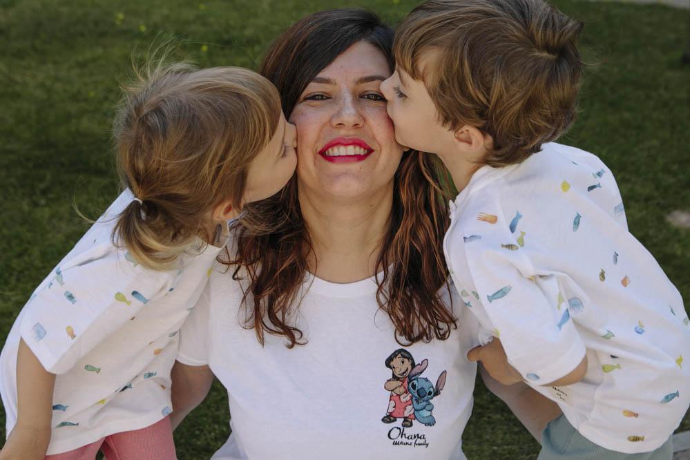 besando a mamá