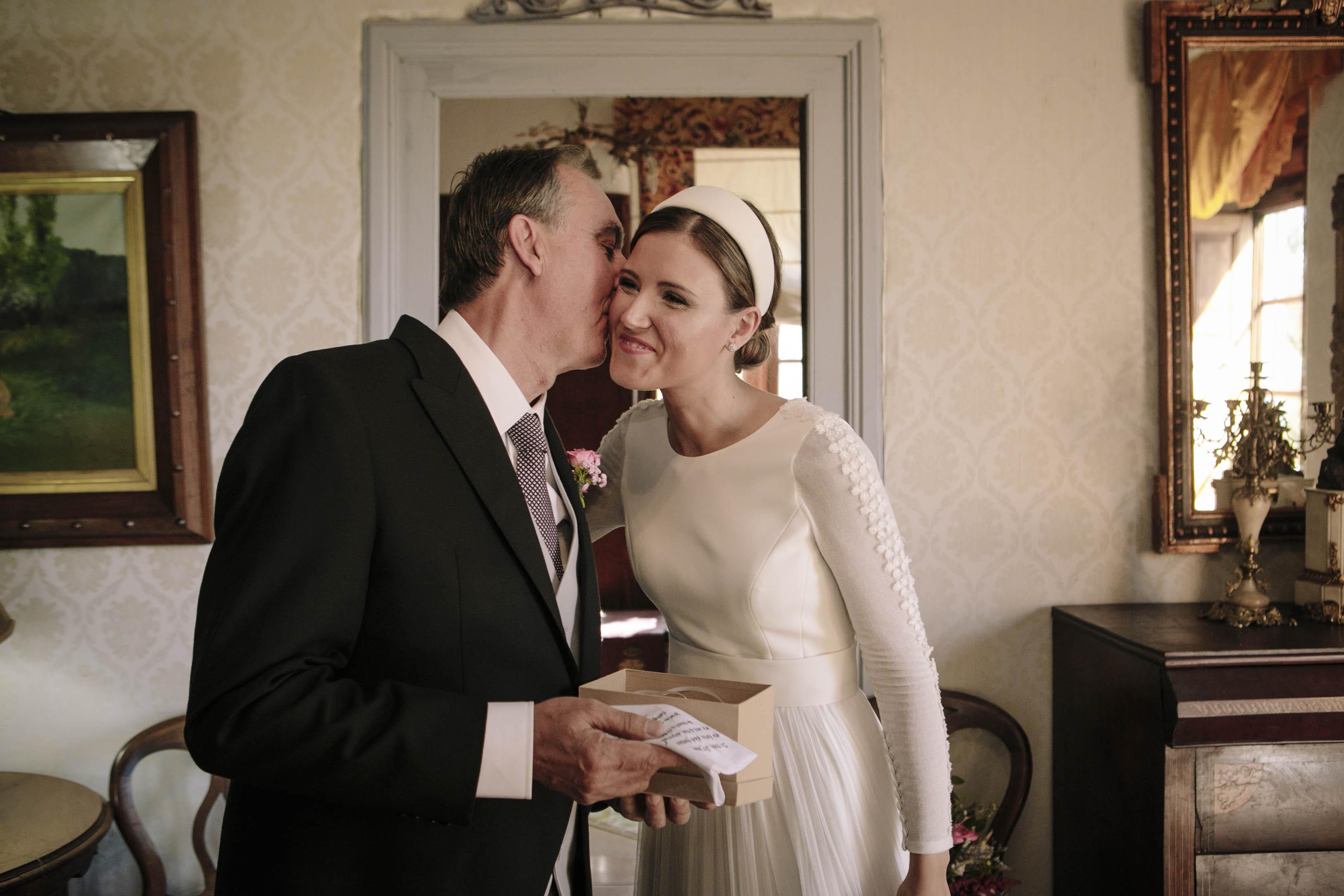 beso del padrino a la novia
