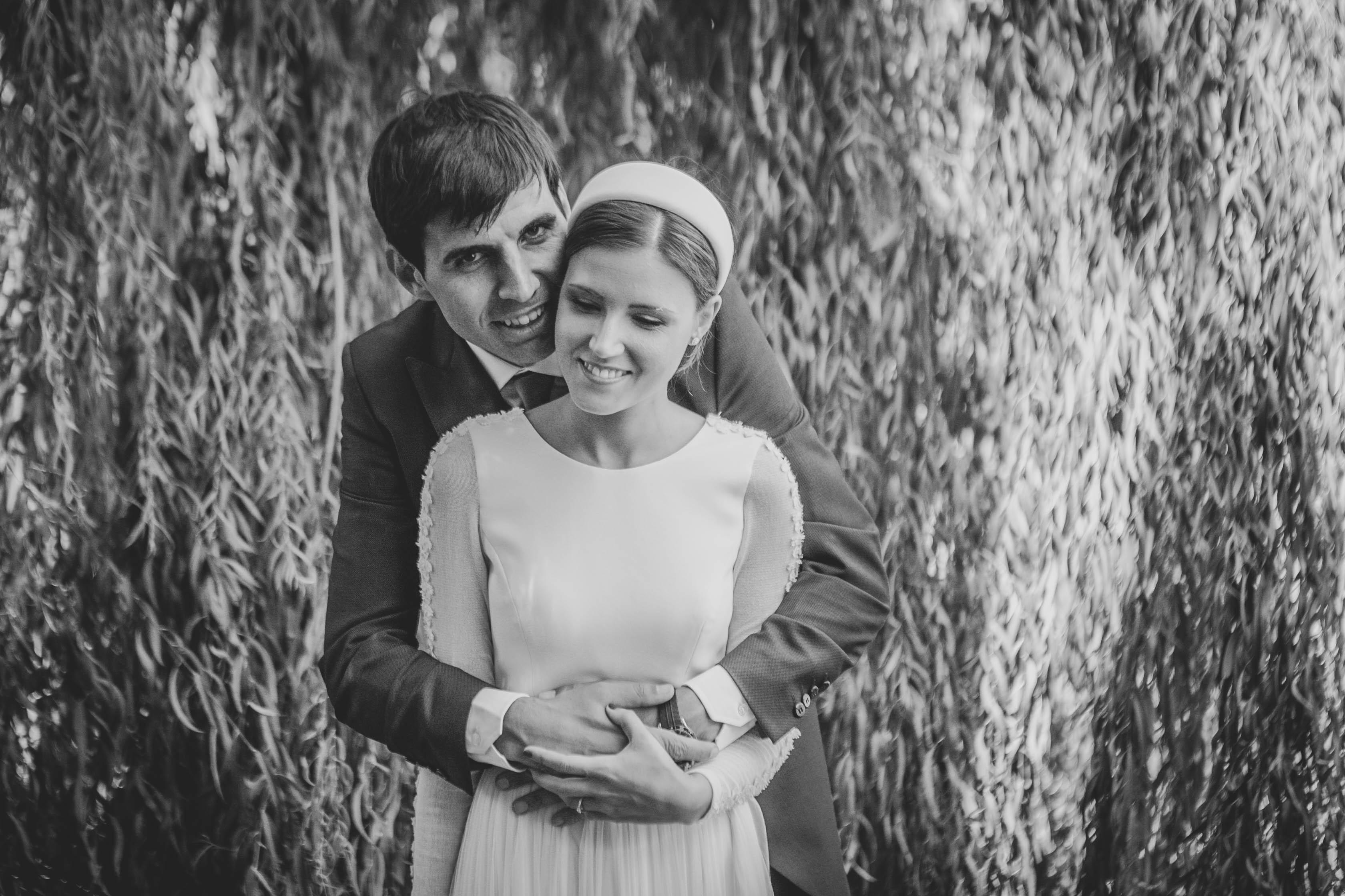 novio abraza a la novia