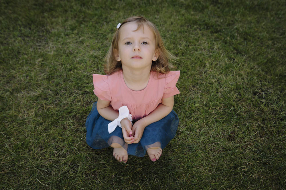 niña en jardín