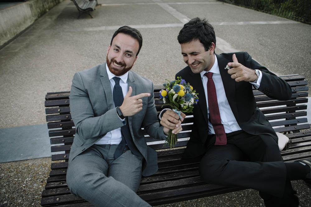amigos con ramo de novia