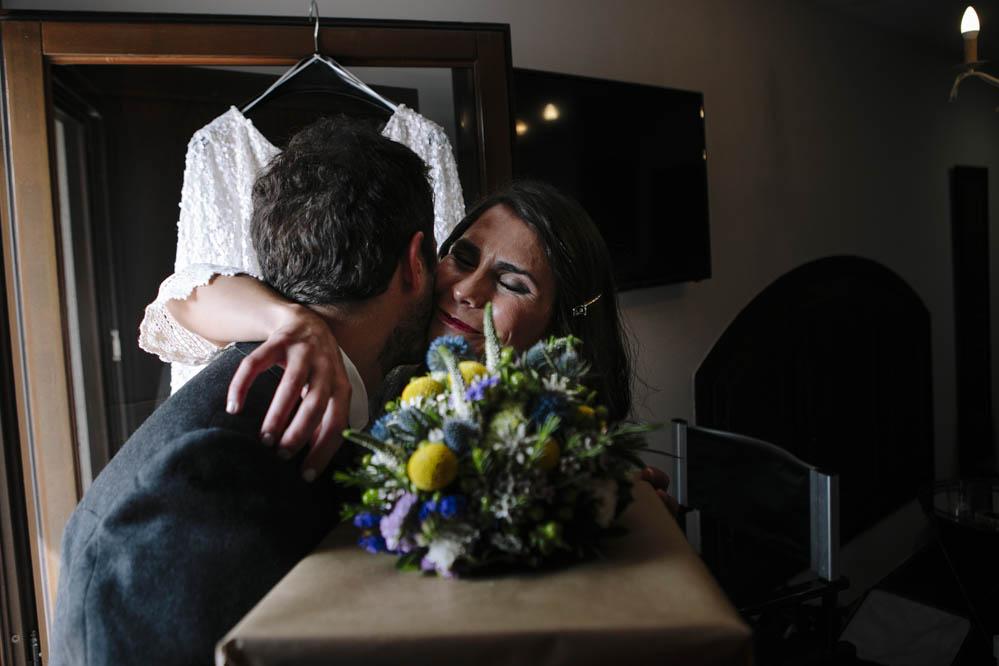 amigo del novio entrega ramo a novia