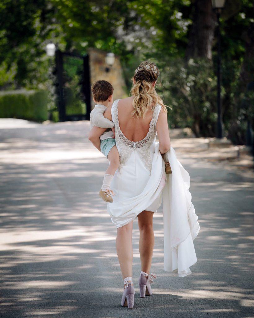 mamá con hijo en boda