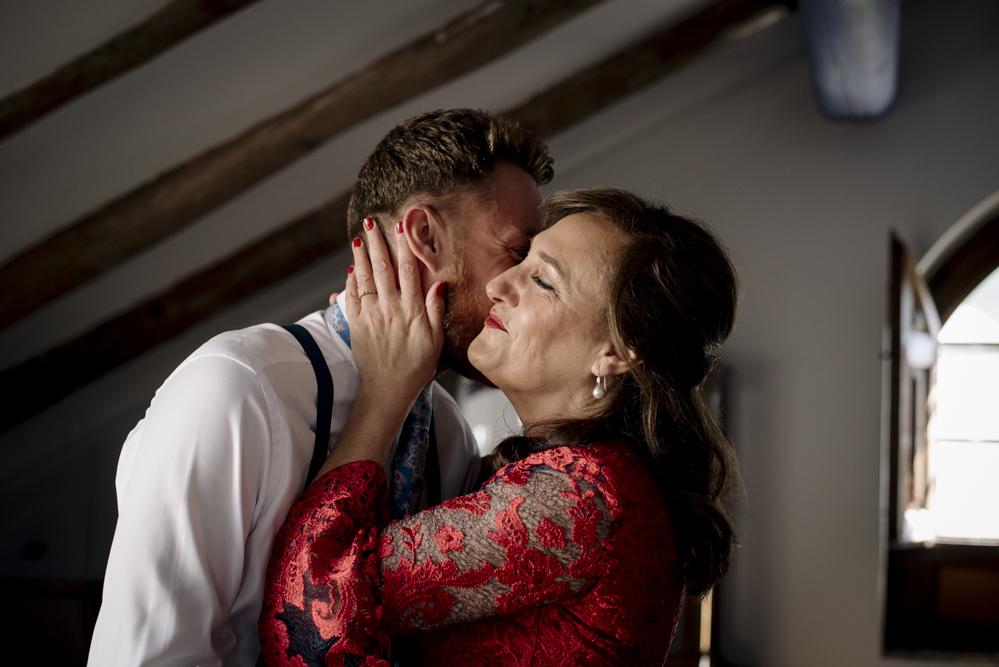 madre besa al novio