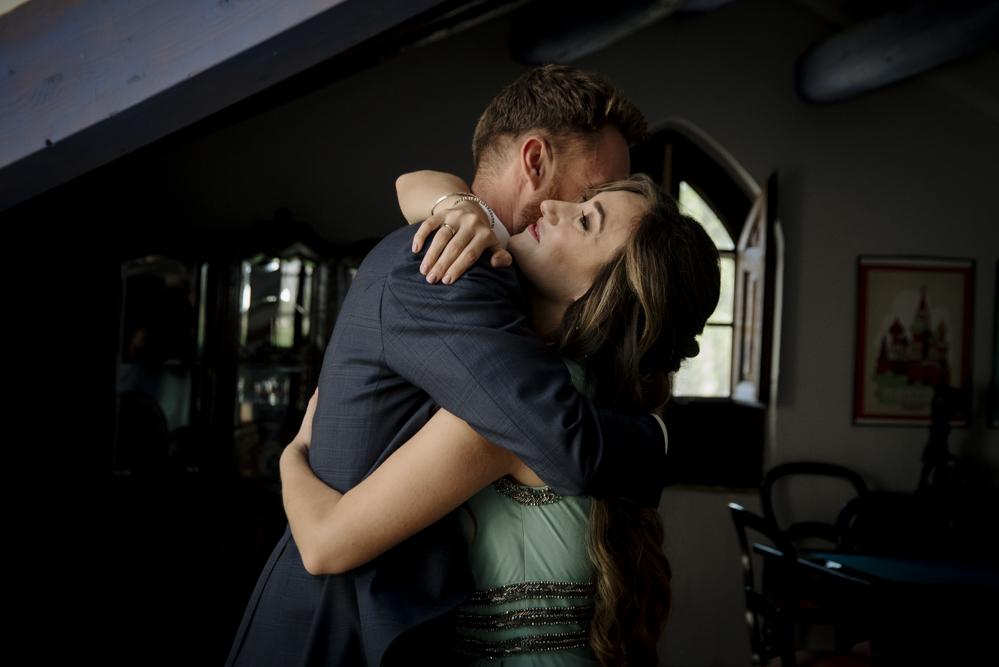 hermana abraza al novio