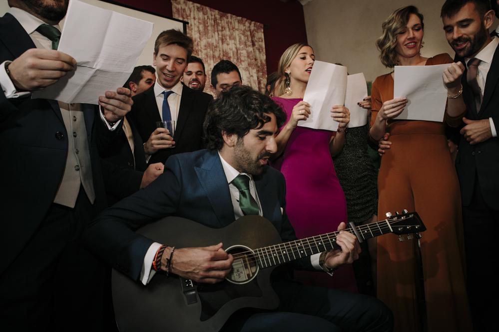 amigos del novio cantando