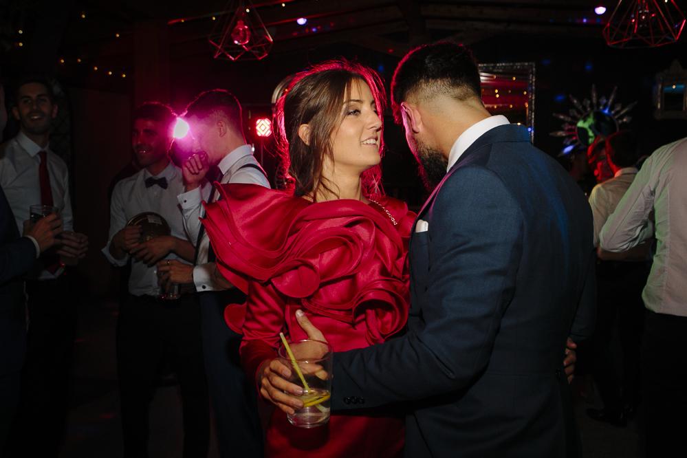amigos de la novia bailando