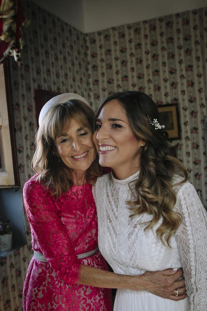 novia sonriente con su madre