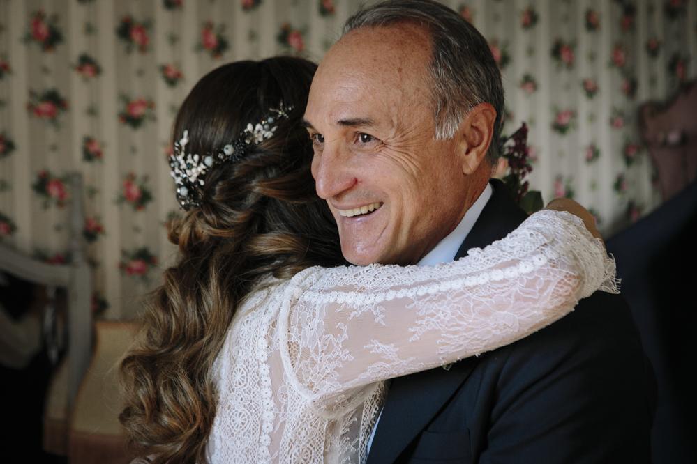 novia abraza a su padre