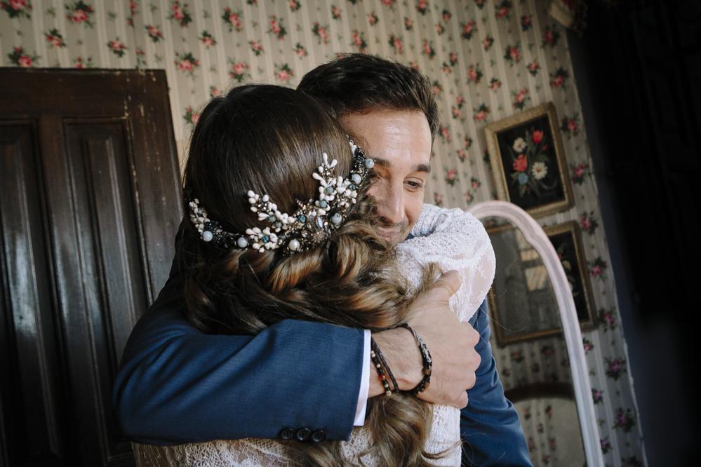 novia abraza a su hermano