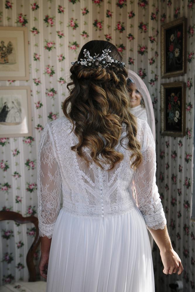 novia se mira en el espejo