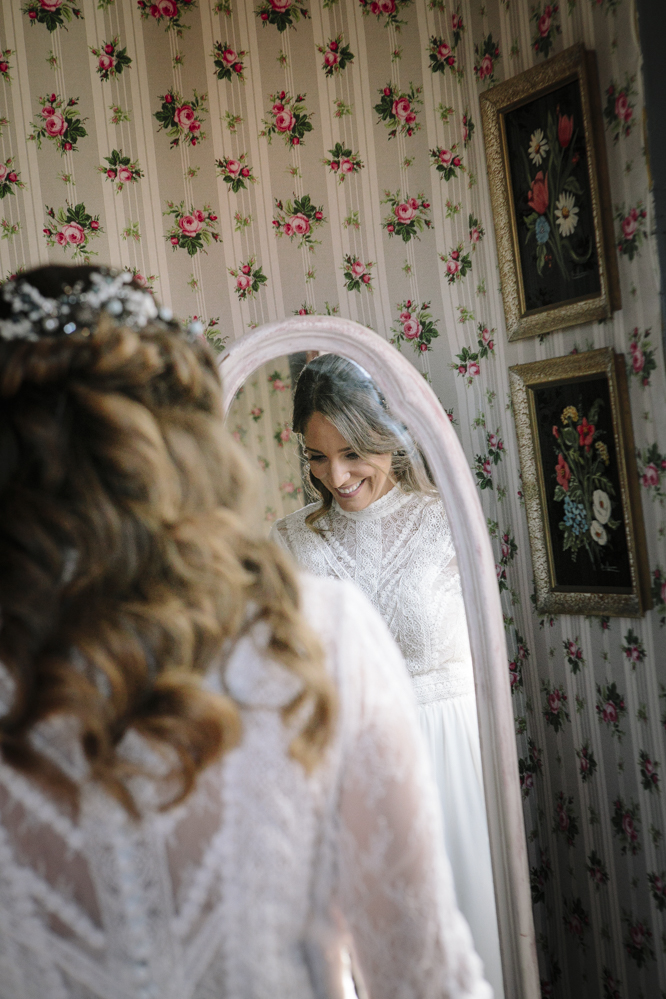 novia se mira en el espejo 2