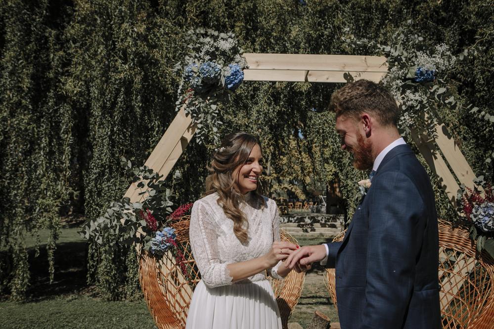 novia pone anillo al novio