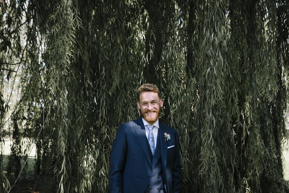 novio mira a la novia