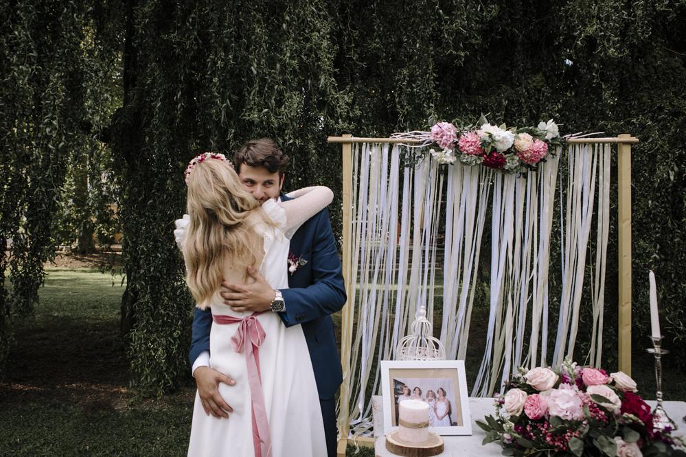 abrazo recien casados