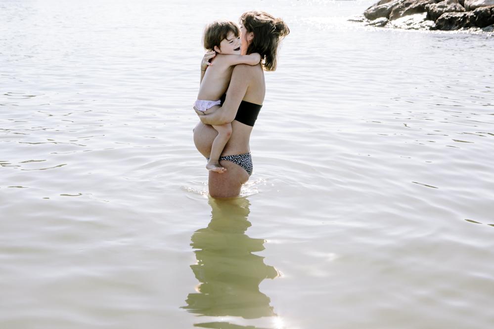 mama y niña en la orilla 4