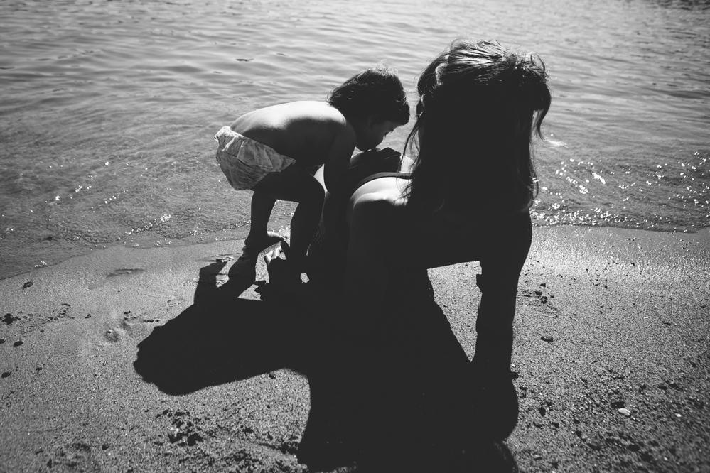mama y niña en la orilla