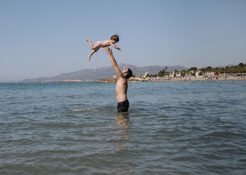 padre e hija en la playa