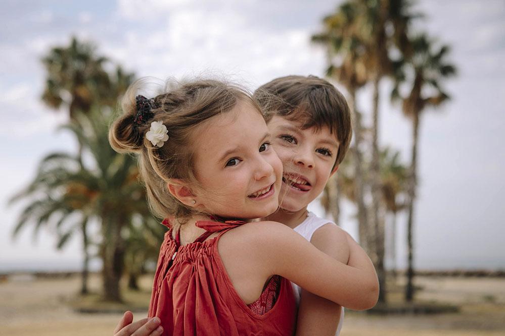 Fotografia pareja de novios en la playa