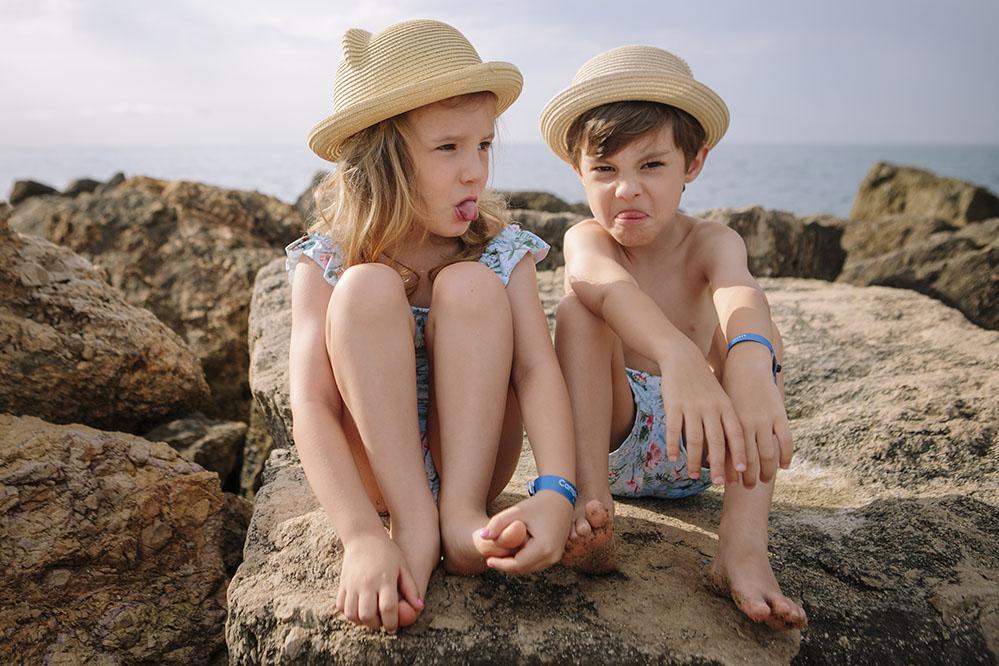 Foto de hermanos en las rocas de Salou